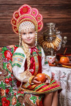 Kleine beautyful Mädchen im russischen nationalen Kleid Standard-Bild - 66562895