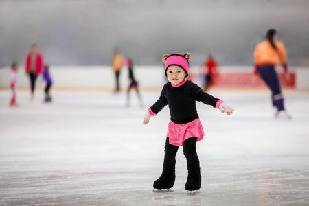 Cute girl learns to skate Standard-Bild - 131781256