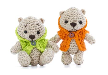 pequeños juguetes tejidos, vestidos con chaquetas brillantes
