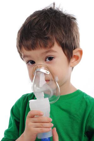 asthma: Blanco chico está teniendo la inhalación en casa Foto de archivo