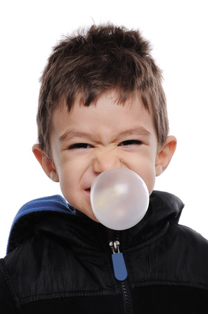 goma de mascar: Boy está soplando una burbuja Foto de archivo
