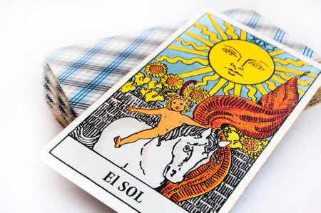 het dek van Tarot kaarten op een witte achtergrond, top down-kaart zon
