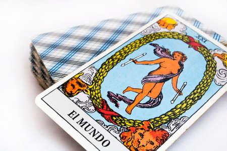 psychic: la baraja de cartas del Tarot sobre fondo blanco, de arriba hacia abajo tarjeta del mundo