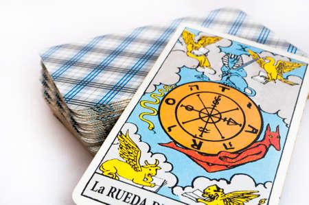 la baraja de cartas del Tarot sobre fondo blanco, de arriba hacia abajo tarjeta de la fortuna Foto de archivo