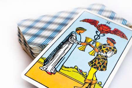 het dek van Tarot kaarten op een witte achtergrond, top down-kaart sleeptouw van kopjes Stockfoto