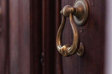 starożytna żelazna kołatka do drzwi w średniowiecznym domu