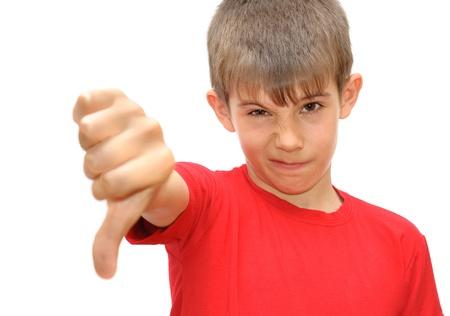 その少年は感情のジェスチャーを示しています。白い背景で隔離
