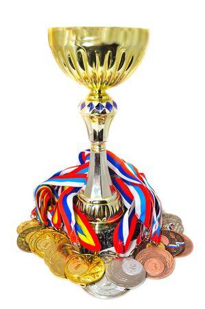 Sport Medaillen und Pokal. Isoliert auf weißem Hintergrund Standard-Bild - 10328515
