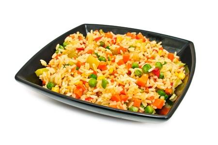 arroz blanco: Plato cuadrado negro con ensalada de arroz y hortalizas. Aislado en un fondo blanco
