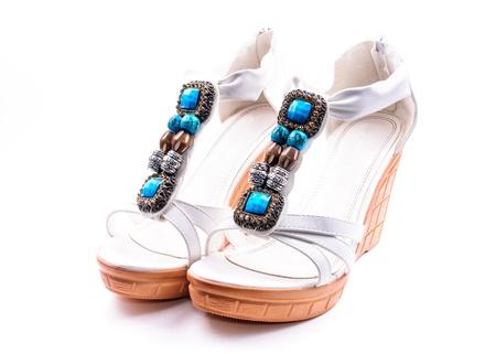 sandalias: Sandalias blancas de la Mujer de verano con diamantes de imitaci�n. Aislado sobre fondo blanco