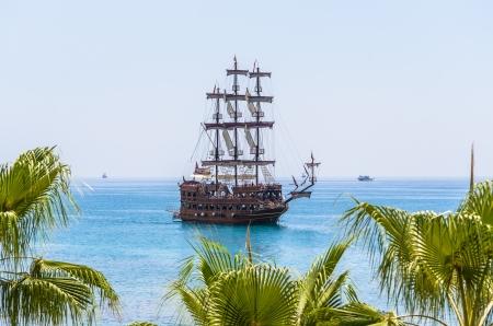 drapeau pirate: Double-deck yacht. Voilier dans la mer bleue.