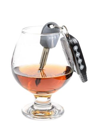 Glas Alkohol und Autoschlüssel. Foto isoliert auf weißem Hintergrund Standard-Bild - 17307881