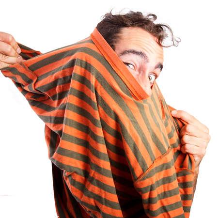 Man die zijn t-shirt Stockfoto