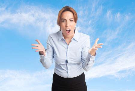desolaci�n: Mujer de negocios sobre fondo de las nubes. Buscando malestar