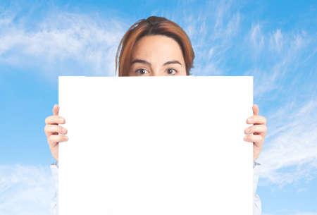 Zakenvrouw over wolken achtergrond. Bang achter een witte kaart Stockfoto