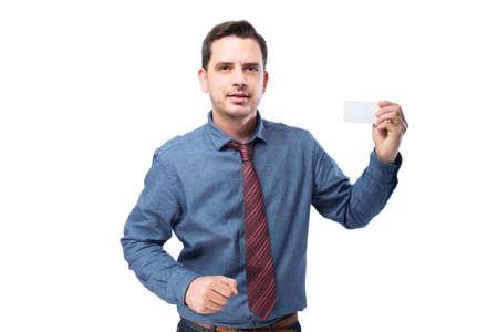 Man draagt een blauw shirt en rode stropdas. Hij houdt een witte kaart. Stockfoto