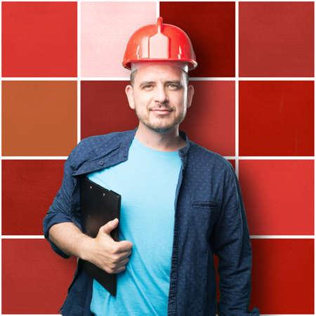 casco rojo: El hombre joven que llevaba un traje azul. El uso de casco rojo.