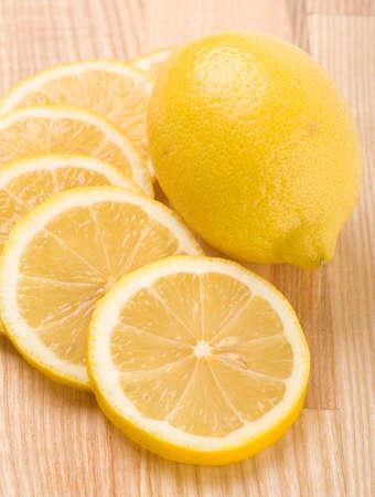 lemon slices: Closeup di fette di limone sul tagliere