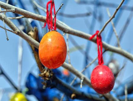 plastik: Easter eggs on the tree. Blue background