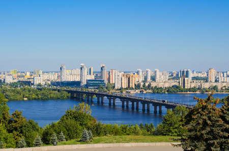 Capitale de l'Ukraine - Kiev. Pont de Paton et nouveau quartier résidentiel sur la côte gauche du Dniepr à Kiev