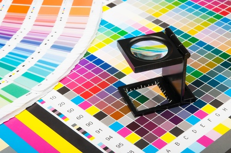 imprenta: La lupa de pie sobre una hoja de la impresión de prueba