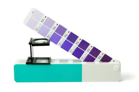 Pantone カラーガイドおよびオフセット印刷拡大鏡分離ホワイト バック グラウンド 写真素材