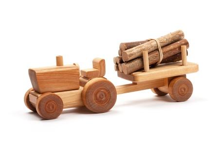 Houten speelgoed tractor met aanhanger op wit Stockfoto