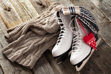 古い木の板に白のアイス スケート