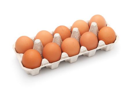 gallina con huevos: Huevos de color marr�n en la caja de huevo en blanco