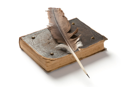 古い本、白い背景の上の万年筆