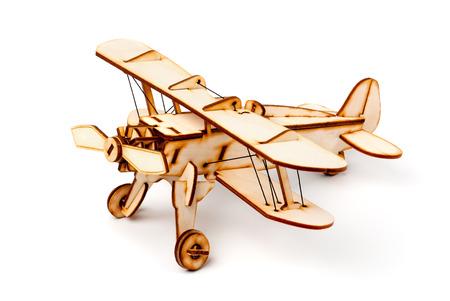 白い背景の上の木製の飛行機モデル