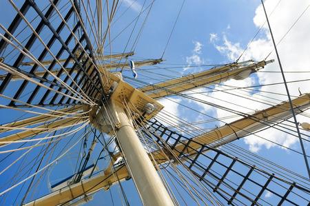 空の背景に古い帆船のマスト
