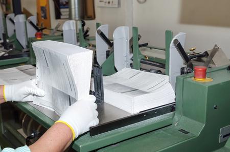 Binden van boeken in drukkerij Stockfoto