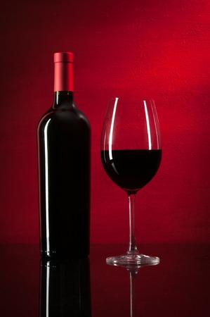 赤ワインとガラスのボトル