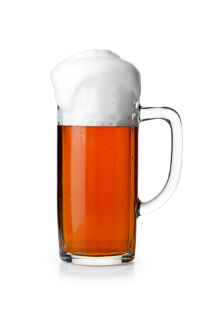 白い背景で隔離のビールのジョッキ
