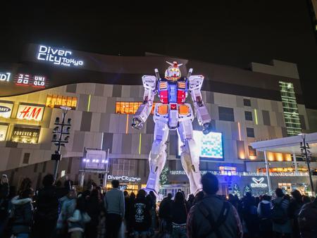 お台場, 東京, 日本 - 3 月 30 日、18 メートル モバイル スーツ機動戦士ガンダム rx 78 だロボット、夜のお台場のダイバーシティ東京プラザの前に。ガ