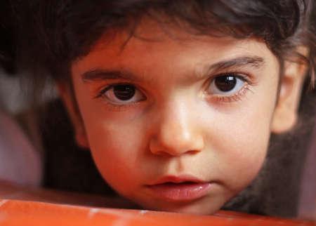 black eyes: Primo piano della bambina con gli occhi neri