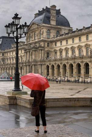 lluvia paraguas: D�a lluvioso en Par�s Foto de archivo
