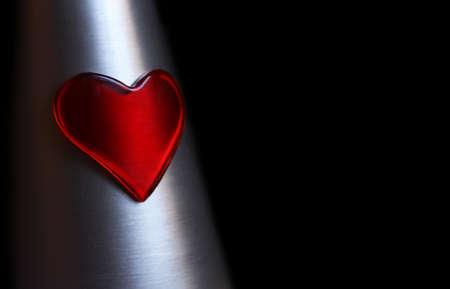 plastic heart: Di plastica rosso cuore su metallo argento Archivio Fotografico