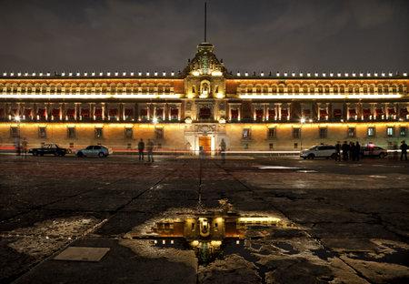 夜には、プラザ デ ラ コンスティトゥシオン メキシコシティの国立宮殿をライトアップしました。ソカロとクスコ アルマス広場、この場所の他のロ