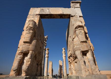 Shiraz, Irán - 17 de septiembre de 2014: La gente que pasaba por la puerta de todas las Naciones en Persépolis antigua ciudad. construcción de esta ciudad comenzó en 518 aC bajo el gobierno del rey Darío de la dinastía aqueménida.