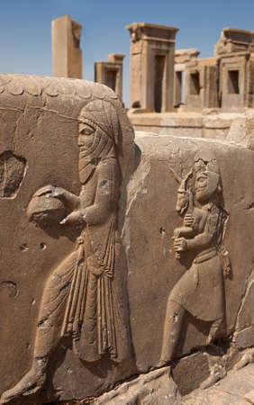 sirvientes: Bas en relieve relieves de los funcionarios que traen regalos al rey aquem�nida en el costado de las escaleras frente a Tachara o Palacio de Dar�o en Pers�polis de Shiraz.
