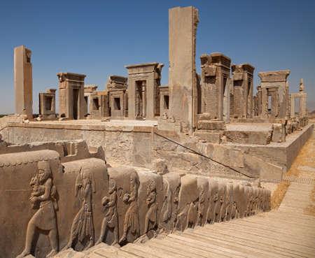 sirvientes: En relieve tallados en bajo relieve de los funcionarios que traen los regalos al rey en la pared lateral de escaleras frente a Tachara o Palacio de Dar�o en Pers�polis de Shiraz.