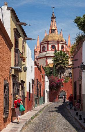 san miguel arcangel: SAN MIGUEL DE ALLENDE, MEXICO - 26 de marzo de 2011: Parroquia de San Miguel Arcángel Catedral vista desde una calle cercana. Fachada de esta iglesia parroquial se inspiró en Sagrada Familia.