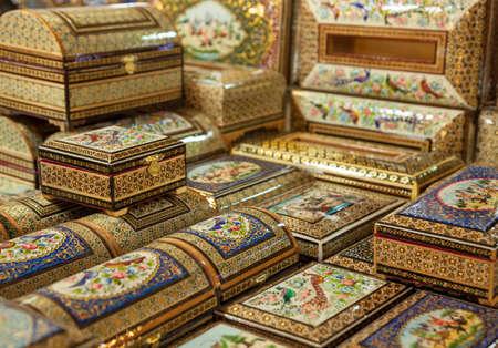 marqueteria: Las cajas de madera con marquetería de diseño en forma de embutido Pérsico Khatam decorado con pinturas en miniatura en Isfahan, Irán. Foto de archivo