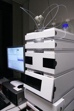 alto rendimiento: Cromat�grafo de cromatograf�a l�quida de alta resoluci�n (HPLC)  Foto de archivo