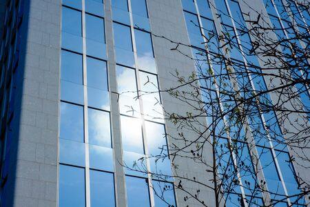 Niedriger Blickwinkel auf moderne Geschäftsgebäude in der Stadt gegen blauen klaren Himmel