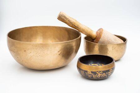 Composición plana de cuencos tibetanos tradicionales de meditación y curación hechos a mano antiguos hechos de 7 metales sagrados que son accesorios típicos utilizados en el budismo, el yoga y la meditación. Foto de archivo