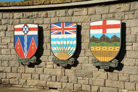 カナダ、ブリティッシュ コロンビア州、アルバータ州、ユーコン準州の紋章付き外衣。