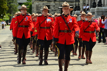 RCMP police march in unison proudly displaying red uniforms Éditoriale